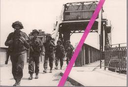 6 JUIN 1944 *   PEGASUS  BRIDGE  *  LES  SOLDATS  BRITANNIQUES TRAVERSENT LE PONT  * - Guerra 1939-45