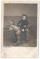 OSTENDE - CARTE PHOTO - LE BON - Surréalisme - Bébé Cavalier Sur Ane A Roulettes Sur La Plage - Cpa Belgique - Oostende