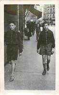 Garçons En Short Marchant Dans La Rue - Walking Boys In The Street Photo 9 X 14 Cm - Anonieme Personen