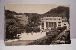LE  MONT-DORE   - Le Parc Et Le Casino   - AUTOMOBILES      -  ( Pas De Reflet Sur L'original ) - Le Mont Dore