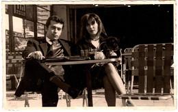Carte Photo Originale Jeune Couple à La Terrasse D'un Café à Tel-Aviv Ville En Israël, Vers 1970/80 - Axe à Niveau - Anonieme Personen