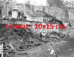 Reproduction Photographie Ancienne De Pompiers Sur L'incendie D'une Usine D'ardoise à Frutigen En Suisse 1962 - Reproductions