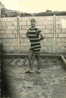 Homme Habillé D'un Costume De Bain Une Pièce à Rayures Posant Devant Un Mur De Parpaings Photo  6,5 X 10 Cm - Personnes Anonymes
