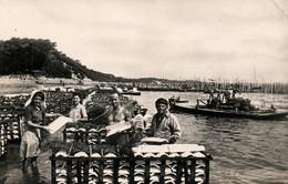 Ostréiculture: Le Grand Piquet, Bassin D'Arcachon - Mise En Place Des Tuiles Dans Les Collecteurs - Fischerei