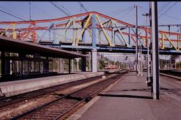 Photo Diapo Diapositive Slide Train Wagons Gare SNCF De Vierzon Quais Pont Autorail En 1990 VOIR ZOOM - Diapositives (slides)