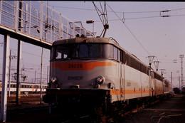 Photo Diapo Diapositive Slide Train Wagons Locomotive Electrique SNCF BB 25228 à Metz Le 23/01/1992 VOIR ZOOM - Diapositives (slides)