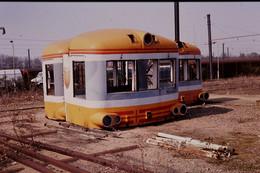 Photo Diapo Diapositive Slide Train Wagons Cabines Autorails SNCF X 4790 Aux Ateliers Du Mans Le 09/04/1992 VOIR ZOOM - Diapositives (slides)