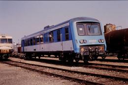 Photo Diapo Diapositive Train Locomotive TER X 4358 Et RTG SNCF Wagon Citerne Ateliers Du Mans Le 09/04/1992 VOIR ZOOM - Diapositives (slides)