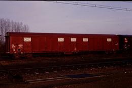 Photo Diapo Diapositive Slide Train Locomotive Wagon Couvert SNCF à Bogies Le 04/03/1994 VOIR ZOOM - Diapositives (slides)