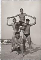 10680.  Foto Vintage Gruppo Uomini Acrobazie Sulla Spiaggia Aa'50 Italia - 10x7 - Anonieme Personen
