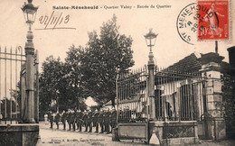 Caserne Des Cuirassiers - Ste Sainte Ménehould (Marne) Entrée Du Quartier Valmy, Haie D'Honneur Des Militaires - Kazerne