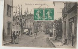 SALERNES  83   Le Boulevard  Paul Celle Bien Animé Epicerie-Tabac Et Fontaine Sur La Place - Salernes