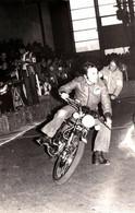 Photo Originale Salon De Grenoble 78/79 Course De Moto En Intérieur & Pilotes à Identifier - Motards - Motocyclisme - Radsport
