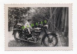 PHOTO DE 1953 - JACQUES 11 MOIS SUR UNE MOTO MARQUE TERROT - Anonyme Personen
