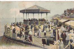 14. CABOURG . CPA COLORISEE. LE KIOSQUE A L'HEURE DE LA MUSIQUE. ANIMATION . ANNEE 1905 + TEXTE - Cabourg