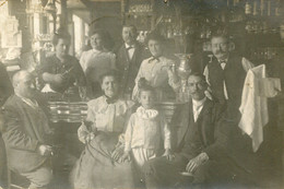Carte Photo De Gérant D'un Café Avec Leurs Famille Au Comptoir En 1905 - Anonieme Personen