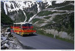 Reproduction Photographie D'un Bus FBW Des PTT Avec Remorque En Circulation à Furka En Suisse En 1980 - Riproduzioni