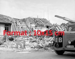 Reproduction Photographie Ancienne De L'évacuation Des Débris Par Camion Saurerexplosion Au Gaz à Neukirch Suisse 1962 - Riproduzioni