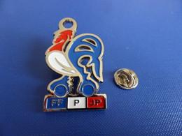 (ex Porte Clés) Pin's épais FFPJP - Fédération Française De Pétanque Et Jeu Provençal - H 4.5 Cm Coq (Tab1) - Bocce