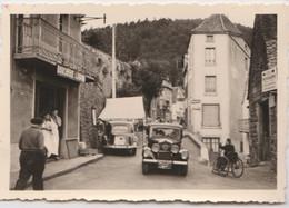 Petite Photo  Près De Saint Nectaire (63) Une Rue Avec Voitures, Fauteuil Handicapé, Boucherie Papon  Très Nette - Luoghi