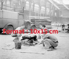 Reproduction Photographie Ancienne D'une Camionnette Citroen Et Ouvriers Au Grand Palais Paris En 1940 - Riproduzioni