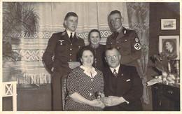 Militaria WW2 - Militaire Et Nazi En Famille, Croix Gammée Et Portrait Du Fuhrer, Carte Photo - Weltkrieg 1939-45
