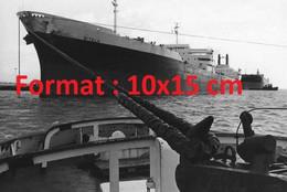 Reproduction Photographie Ancienne Du Supertanker Le Sitala Dans Le Port Pétrolier De Fos-Sur-Mer En 1974 - Repro's