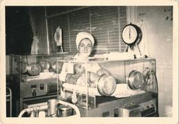 Photo (9 X 13 Cm) - Maternité - Sage-Femme - Infirmière ? Bébé Et Sa Couveuse (BP) - Professions