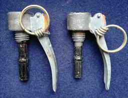 Lot  De 2 Bouchons BG Mle 1935 - Armas De Colección