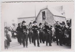 3 Petites Photos Originales Fêtes à  Penmarch (29) Aout 1950  Bagad, Costumes Coiffes - Places
