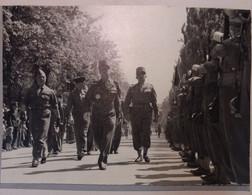 GUERRE 39/45 . DEFILE DES TROUPES FRANCAISES A INNSBRUCK .1945 . GENERAUX - Krieg, Militär