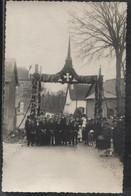 Carte PHOTO - St ERBLON - Fête Religieuse Groupe Qui Pose Devant Décoration De Rue - Edition Photo - Other Municipalities