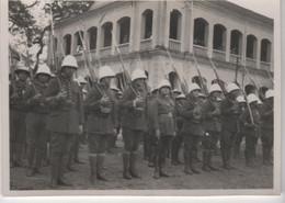 Photo Originale VIET NAM Indochine Coloniaux Devant Un Bâtiment à Identifier - War, Military