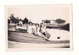 PHOTO FORMAT 9 X 6  AOUT 1933  FEMMES FRAU LADY ASSISES  SUR BARQUES  BASSIN ARCACHON - Persone Anonimi
