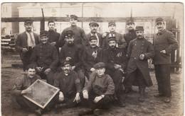 CARTE PHOTO DE  SOLDATS EN CAPTIVITE ( écrite De Darmstadt Le 7/11/1915) Tampon Militaire 2 Scans - Guerra 1914-18