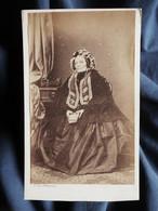 Photo CDV De Parada à Bordeaux  Femme âgée Assise  Belle Robe, Coiffe, Châle  Sec. Empire  CA 1865 - L532 - Oud (voor 1900)