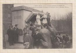 20A2993 METZ DELIVREE DEVANT LA STATUE RENVERSEE DE FREDERIC III UN GROUPE DE JOURNALISTES NANCEIENS - Metz