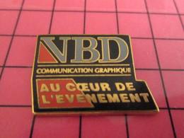 313c Pins Pin's / Rare & Belle Qualité THEME MARQUES / VBD COMMUNICATION GRAPHIQUE AU COEUR DE L'EVENEMENT - Markennamen