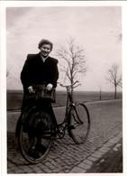 Photo Originale Femme Posant Avec Son Vélo Ancien Sur Une Route Pavée En 1952 Légende Dos, Vélocipède, Bicyclette, Cycle - Cyclisme