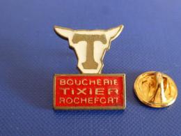 Pin's Boucherie Tixier Rochefort T - Boutique Alimentaire Vache Boeuf Taureau - Charente Maritime (VA7) - Alimentación