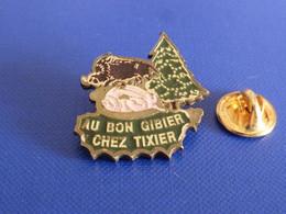 Pin's Au Bon Gibier Chez Tixier - Boucherie Boutique Alimentation Sanglier Sapin Cochon (VA20) - Alimentación
