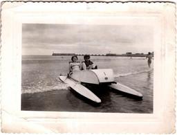 Photo Originale Pin-Up Mère Et Fille Sur Bateau à Pédales à Les Sables D'Olonne En Juillet 1952 - Pédalo & Vacances - Boten