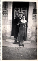 Photo Originale Jeune Couple Posant Devant La Porte D'un Café Aux Plaques Publicitaires Byrrh, Martini & Autre Vers 1930 - Voorwerpen