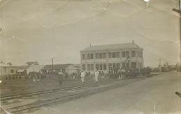 Photo Originale Prise Vers 1900 En Indochine - Batiment Près D'une Ligne De Chemin De Fer - Orte