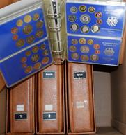 Bundesrepublik Deutschland 1948-2001: Auf 2 Kartons Verteilte Sammlung An Kursmünzensätzen Der BRD 1 - Unclassified