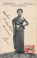 CPA LAOS - SAO-SI (Mlle Riche-en-Couleurs) La Petite Chanteuse De Khong (Bas-Laos) à L'Exposition Coloniale De Marseille - Laos