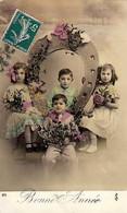 CP - Bonne Année - 4 Enfants Avec Bouquets De Fleurs Autour D'un Fer à Cheval - - Neujahr