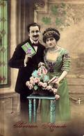 CP - Bonne Année - Couple Devant Une Sellette Et Panier De Roses Et Cadeau - - Neujahr