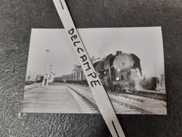 SNCF : Photo Originale Anonyme 9 X 14 Cm : Locomotive à Vapeur 141 R En Tête D'un Omnibus En 1967 - Treinen