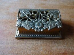 Boite à Timbres En Bronze  Aux Fleurait Nouveau   2 Compartiments Lot 10 - Stamp Boxes